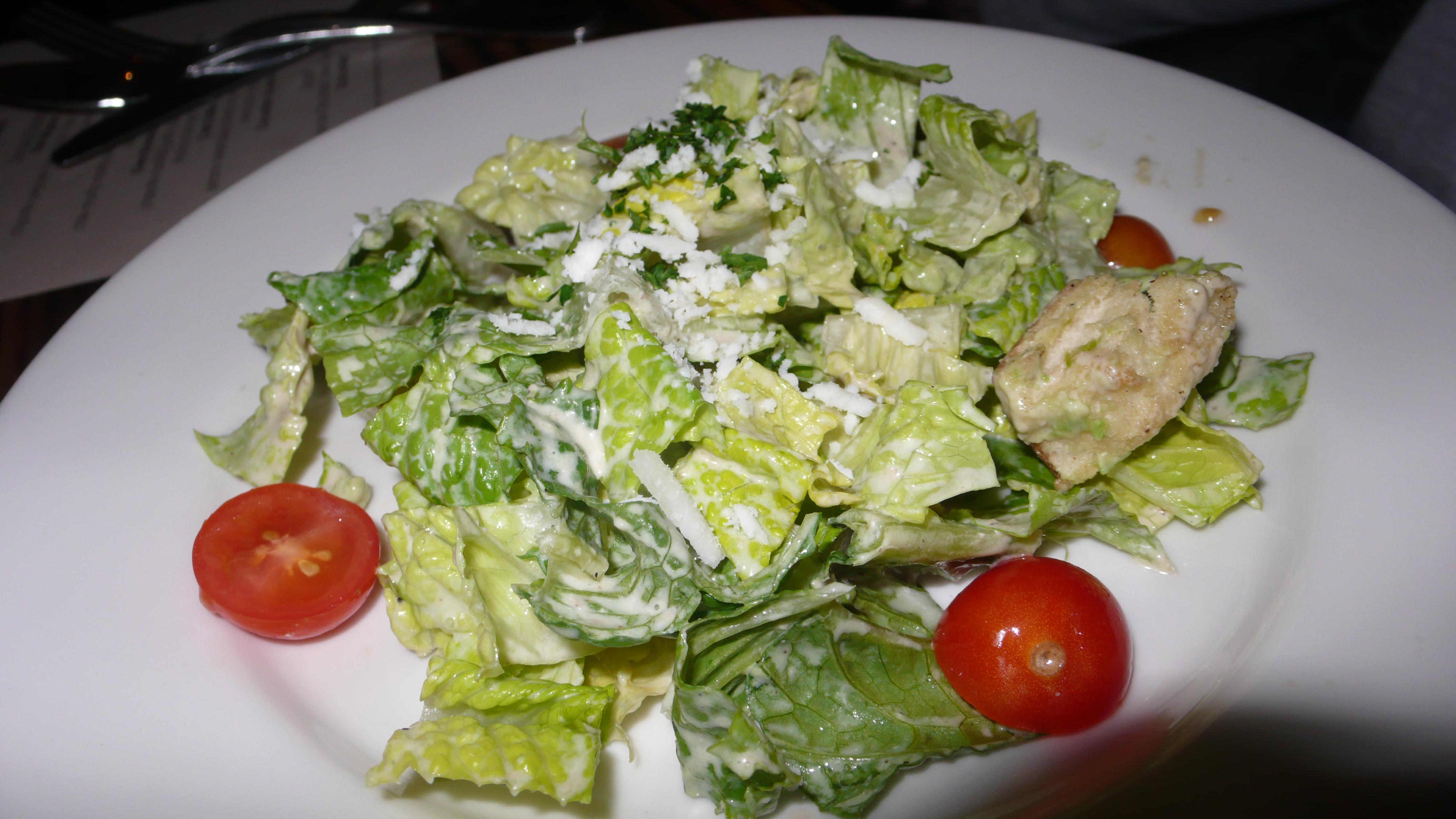 Салат цезарь в кафе